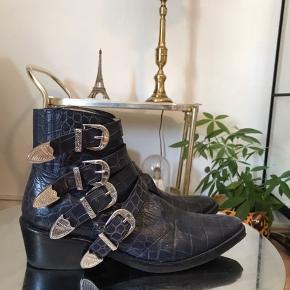 Helt vildt fede toga pulla støvler i str 41  Mørkeblå croco  De er forsålet , forsålning er gået lidt ved ene snude , men kan limes  Lidt slid på den ene spids , ellers fantastisk stand  Flere billeder i kommentarfeltet !   Cowboy , croco , læder , spænder , rock
