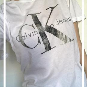Super fin t-shirt fra Calvin Klein. Der er ingen misfarvning, de eneste tegn på slid er at printed ser lidt brugt ud. Derudover er der en meget lille plet, men som er under 1 mm. Derfor ser man den ikke. 🌸Kontakt mig endelig, hvis du har spørgsmål eller andet.