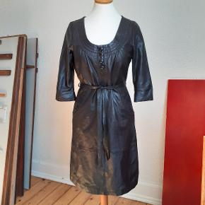 Læder kjole i blødt læder. Pæn stand.