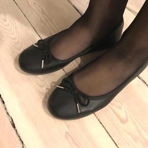 Super fine sorte ballerina sko, kun brugt én gang, stadig med mærke indvendig. Super fin stand.