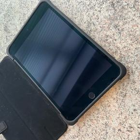 Apple tablet - iPad mini 4  Fantastisk størrelse iPad som er købt i USA.  Betalt 3.500 kroner for den og den er fra 2018. Æske samt lader medfølger - kvittering kan desværre ikke findes...  128 GB Sælges billigt grundet vi er igang med at sælge ud af ting vi ikke får brugt.  Ingen ridser eller fejl da den har ligget i sit cover lige siden den blev købt.