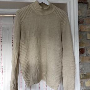 Fin cremefarvet sweater fra Gestuz. Har to små huller, derfor den lave pris