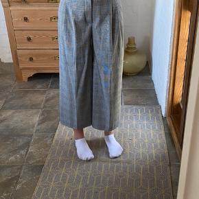 Jeg har haft bukserne på 2 gange. De er syget lidt ind i taljen. Jeg er 171 cm høj