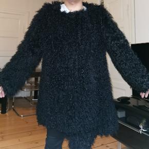 Den er ikke fra Copenhagen fur.tibetansk jakke.den lukkes med hægter.den har ingen lommer. Jeg er en small og den er for stor til mig.Den passer bedst en Medium eller en lille large. Kvalitet er ligesom Yves Salomon pels