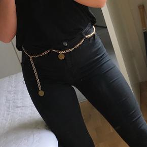 Kæde bælte / chain beltSælger dette kædebælte i guld. Bæltet måler 1 meter og kan justeres afhængigt af hvor stram man vil have den. Den kan bruges til ethvert outfit om du vil have kjole, shorts eller bukser på.   Bæltet er en størrelse onesize og er 100 procent ubrugt  Prisen er fast og bæltet kan hentes i Hørning efter aftale eller sendes med posten for 36 kr