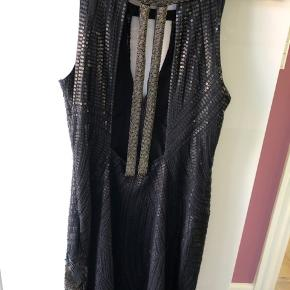 Fantastisk smuk kjole med palietter og perler. Den har den flottest ryg!  Brug én gang.