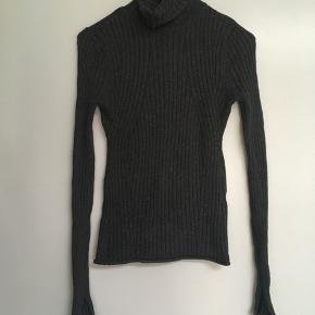 Flot elegant mørkegrå rullekravebluse fra Zara str. S. Se også mine andre spændende annoncer🌿Den er almindelig i størrelsen. Bytter ikke🌸