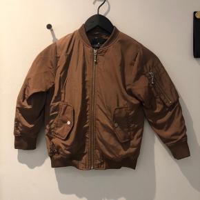 Super fed bomber jacket fra Little Remix i størrelse 8 år. Aldrig brugt, så fremstår som ny.