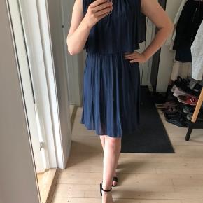 Sødeste sommerkjole i støvet mørkeblå farve 💙   Hvis du finder tre kjoler til 100kr som du må eje fra min profil, koster de 200kr samlet inkl fragt🤩   Jeg bytter ikke og jeg tager ikke retur☺️