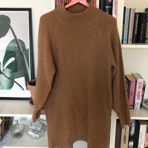 Flot camel sweater der går ned over numsen. Perfekt stand.