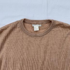 Merino uld strik fra H&M. Stoffet er lækkert at have på, og så sidder den pænt tæt ind til kroppen.