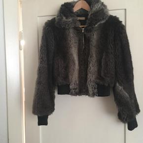 Varetype: Bomber Farve: Grå  Smuk og varm faux fur jakke fra See By Chloé Passer str 36/Small Den har lommer i begge sider Prisen er fast 500,-