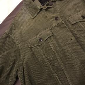 Fløjlsjakke / overskjorte i grøn med flæse forneden. Kun brugt enkelte gange, og den har derfor ikke tegn på slid.   Fragt betales af køber. Hvis du vil sparre den, kan vi mødes og handle i københavn