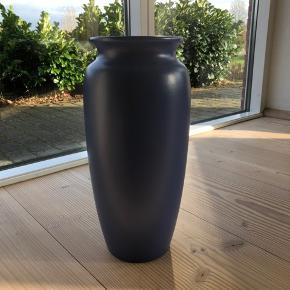 West Germany keramik Er du til blåt keramik? Så er her gulvvasen fra tyske Scheurich keramik. Så stor og flot med glat struktur. Virkelig en perle for keramikfans.  I perfekt stand og uden skader eller skår.  Endda til en mega god pris denne weekend.  Højde 42cm Åbning ø 16cm