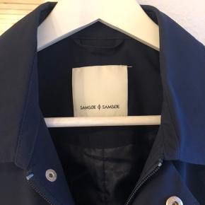 Fornuftig overgangs frakke i vind og vandafvisende stof. Brugt få gange, nypris 1200.