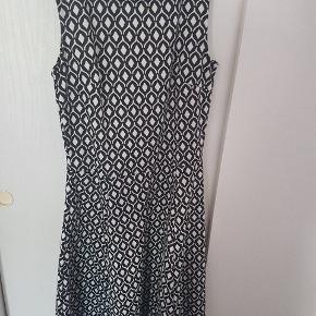 05219128123d Sød ternet kjole i sort hvid. Brugt få gange