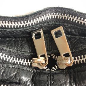 Lynlåsene er som vist på billedet lidt slidte, men resten af tasken er i god stand