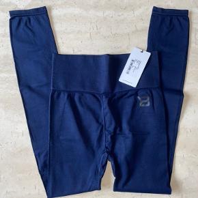 Højtaljede Rockaway tights fra Better bodies i str small sælges. Taljen kan foldes ned til mid eller low waist hvis man ønsker det.  Har for meget træningstøj, så sælger ud 😊 nye med tags.  Nypris 450,-