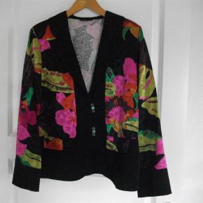 Varetype: blazer Størrelse: 46 Farve: Multi  53% bomuld 47 % rayon brystvidde: 112 cm længde: 63 cm