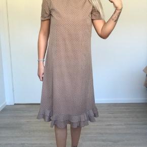 Sælger den smukkeste kjole med fine detaljer 🌸