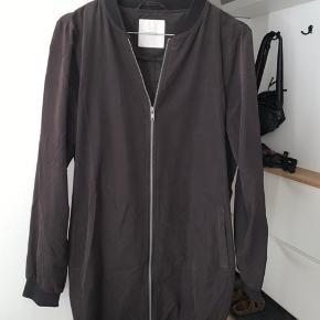 Super tynd sort jakke sælges.   Kan hentes i Valby, og ellers betaler køber fragten.