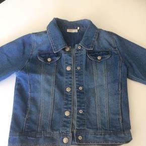 Denne cowboy jakke er som ny, og meget populær i år. smart til alt og i blød kvalitet. Str 9 år...(aldersvarende)