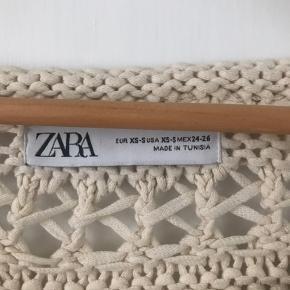 """Meget populær strik fra Zara, kun brugt få gange. Str XS men oversized og passer også en S/M.  Sælges grundet flytning. Prisen er fast og jeg bytter ikke 🌿   🌍 Afhentes på Vesterbro  💌 Kan sendes - tryk blot på """"køb nu"""""""