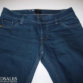 Lækre nye jeans. Kun prøvet på. Str 27/34. Lækker blå farve.
