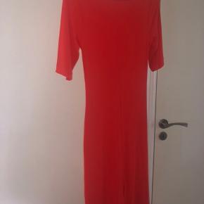 smukkeste kjole fra arket i en orange/rød farve. aldrig brugt, sidder virkelig flot s/m