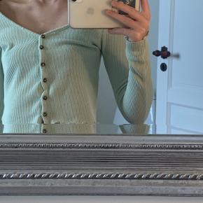 Brugt nogle gange og har et lille hul hvor man knapper den ❣️  Kan både bruges som bluse eller knappes op som cardigan ❣️  Byd gerne ❣️
