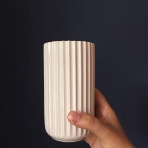 Lyngbyvase by Hilfling design.   Hvid, 20cm og uden skår eller revner.