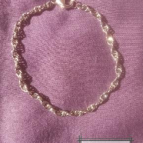 Håndlavet ny sølv oxyderet armbånd, aldrig brugt. Længden er ca 20,5cm. Kæden er lavet af 0,6mm tykkelse, 925 sterlingsølv tråd. Låsen er på 13mm og har 925 stempel på som også er sterlingsølv. Den kan forkortes til ønsket længde.