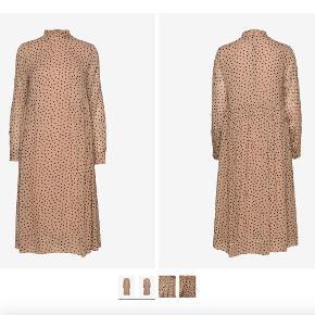 Printed georgette kjole fra ganni i beige med prikker. Nypris: 1500kr
