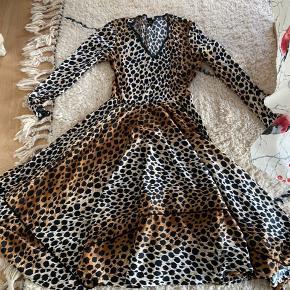 Smukkeste vintage kjole - står str 40 i den men den passer bedst en 36/38 - falder så flot når den er på ❤️