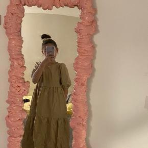 Sælger denne mega pæne kjole i en brun farve med lommer i siden. Aldrig brugt.  Np. 500kr Mp. 250kr
