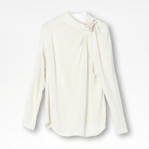 Super smuk bluse!  Blusen har desværre nogle trådudtrækninger, lidt makeup på ærmet og nogle små sorte pletter bagpå. Det er ting man ser, når man leder efter dem. Overordnet ser den ellers pæn ud. Sælges derfor billigt. Materiale: 100% viskose. Mål str. 34: bryst 48cm, længde 62cm, ærmelængde 81,5cm.  Nypris: 1800kr