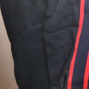 Ingen skader eller form for mærker, bukserne ser helt nye ud, og kvitteringen følger med. Bedre billeder kan tages og sendes over sms :)  Nypris 3000. Min pris 1500.