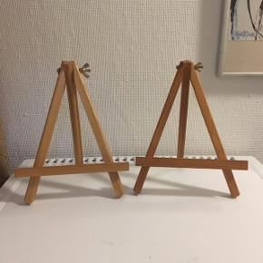 To stk. Mini staffelier, højden er 25cm og breden er 19cm på det bredeste punkt. Sælges helst samlet. 😀