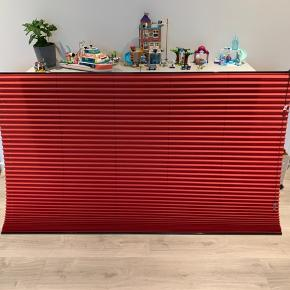 Diverse gardiner sælges  7 stk i alt - 5 plissegardiner og 2 rullegardiner. De er købt ved gardinfirma, og er derfor rigtig god kvalitet.  Plissegardinerne er fra Weavers Hansen (Faber Group)   - Rød stof med sorte lister og snore. Venstre betjent str. B143 x H140  - Rød stof med sorte lister og snore. Højre betjening str. B174.8 x H123  - Rød stof med sorte lister og snore. Højre betjening str. B84.4 x H200  - Rød stof med sorte lister og snore. Højre betjening str. B142.8 x H141  - Sort stof med sorte lister og røde snore. Højre betjening str. B124.6 x H54.5  Nogle af dem mangle ende dutter  Og  Faber 95% Mørklægnings gardiner (der kommer næsten ingen lys igennem).  - Sort stof og sort kæde. Str. B125.5 - Sort stof og sort kæde. Str. B181  Kom gerne med nogle bud.