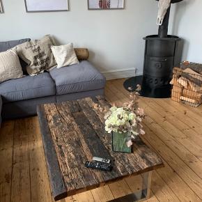 sælger dette smukke sofabord lavet af rustikke brændte planker. bordet har masser af charme og passer perfekt ind i alle hjem - det har et råt udtryk og er unika!  nypris: 5000 kr