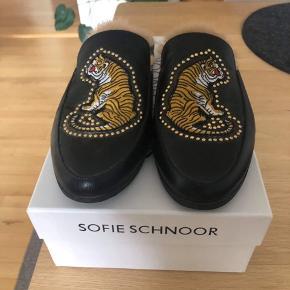 Sælger disse Sofie Schnoor sandaler. Brugt et par gange, fejler ingenting Nypris 1100 kr. Sælger dem til 600 kr 😊