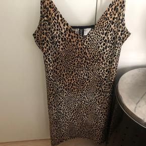 En super flot kjole fra h&m. Den går ca til lidt over knæene. Sælges fordi den er for stor:(
