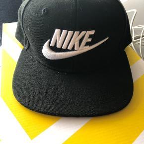 Helt ny caps fra Nike  Købt i London Str.4-7 år Np.147kr Mp. 50kr Sendes med DAO (38kr)