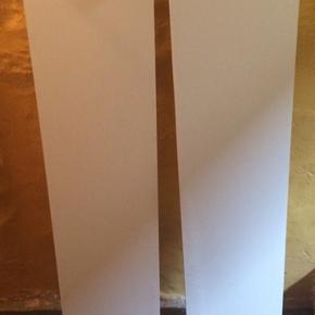 2 fine hvide hylder som sættes ind i hinanden med stål beslag. Mål:120x28 cm. Har flere reoler på min side😊