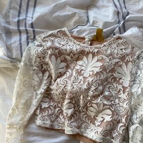 Sælger denne vildt fede trøje som er fra H&M i samarbejde med et andet mærke/person , jeg kan bare ikke huske hvilket. Den er en limited edition, og har selv før brugt den til et par fester. Den er cropped og sidder tæt men på en virkleig flot måde. Nyprisen var omkring de 400