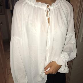 Super fin bluse fra H&M🌸 Aldrig brugt så er i perfekt stand! Kan både bruges som almindelig bluse og som off shoulder (se billede 1 og 2)🌸 Er åben for bud!