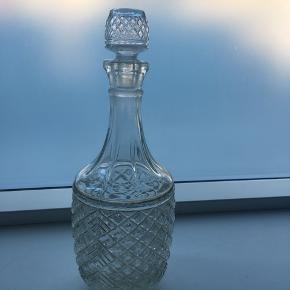 Smuk vintage glas flaske med prop. Kan også bruges som vase. Lidt tegn på slid, men ellers ingen skavanker