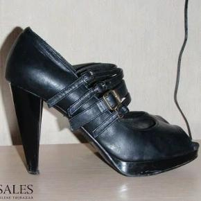 """Varetype: Rå stiletter plateau stilletter heels sandaler platform """"l æder skind lak """" Farve: Sort  Super fede rå stiletter! De er brugt nogle gange, hvilket har medført nogle skader, som jeg har prøvet at tage billeder af :-) - De små hældutter trænger også til at blive skiftet :-)  De sælges for 50 + porto :-)"""