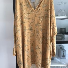 Flot gul tunika. Brugt men stadig fin. Farven er mest som billede 1!