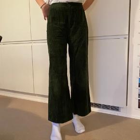 Zara Bukser, Næsten som ny. Harboøre - Zara fløjsbukser i grønt fløjt. Næsten ikke brugt. Ser helt nye ud. Zara Bukser, Harboøre. Næsten som ny, Brugt og vasket et par gange men uden mærker eller skader
